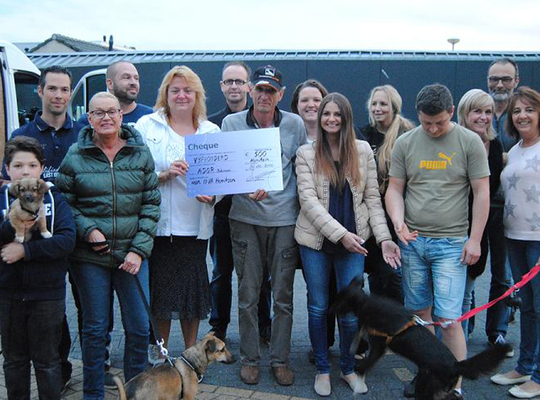 N-VA Hemiksem schenkt opbrengst van hondenwandeling aan asiel in Roemenië